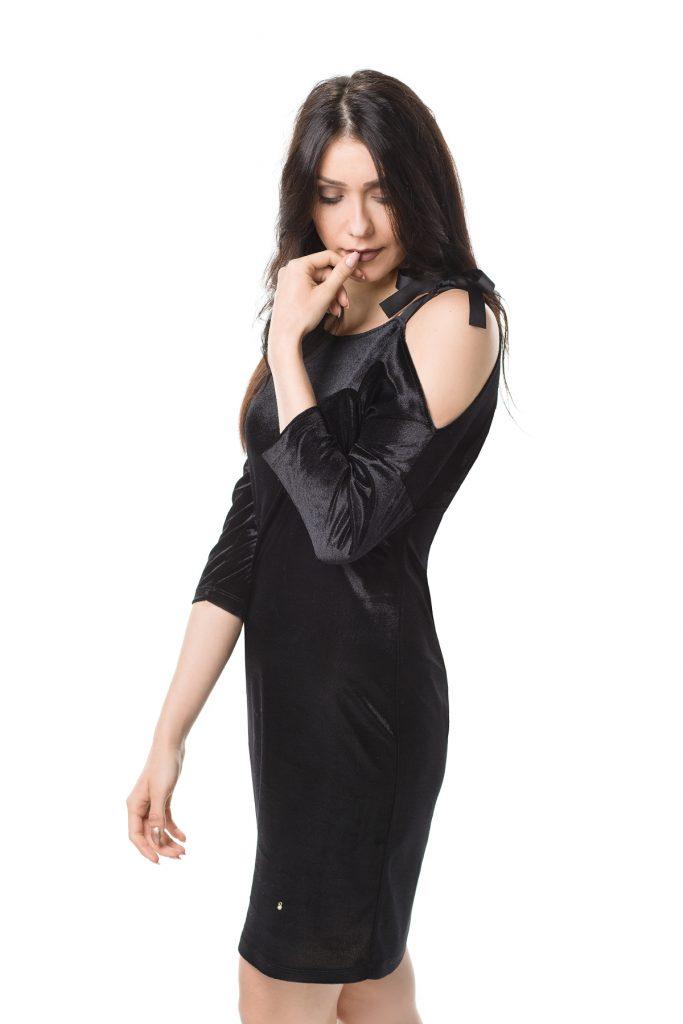 Welurowa czarna sukienka midi
