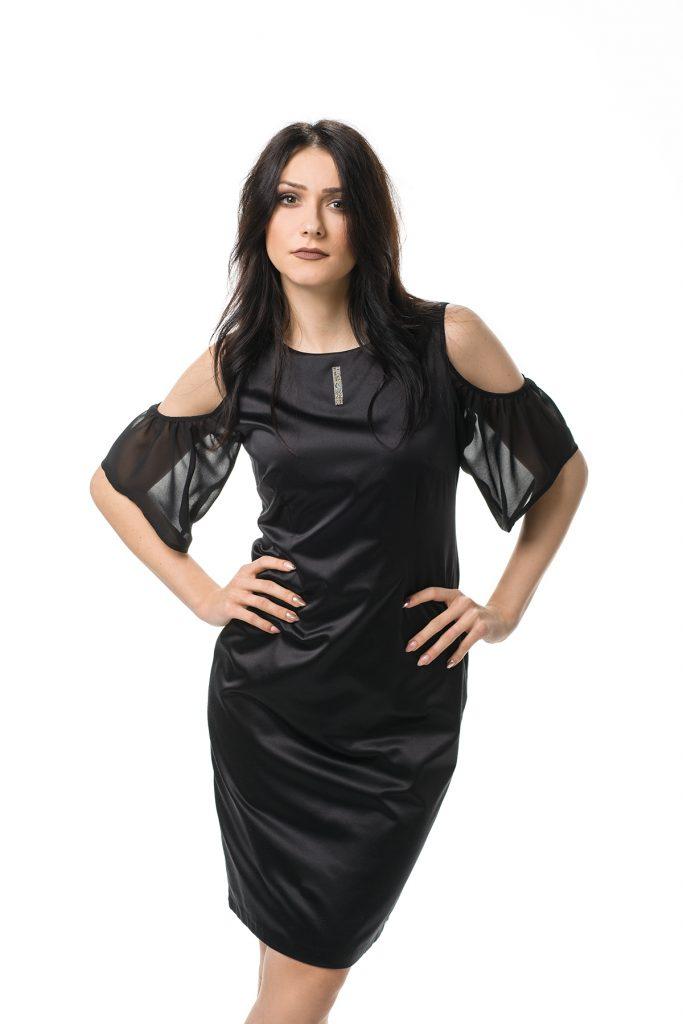 Czarna połyskująca sukienka z odkrytymi ramionami
