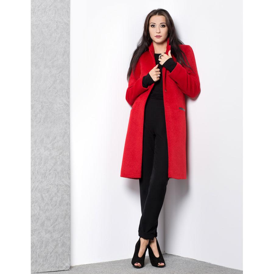 Czerwony płaszcz na guziki