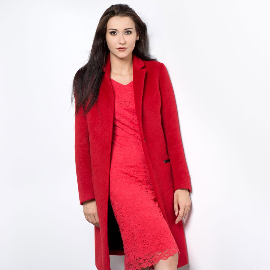 Czerwona koronkowa sukienka i czerwony płaszcz