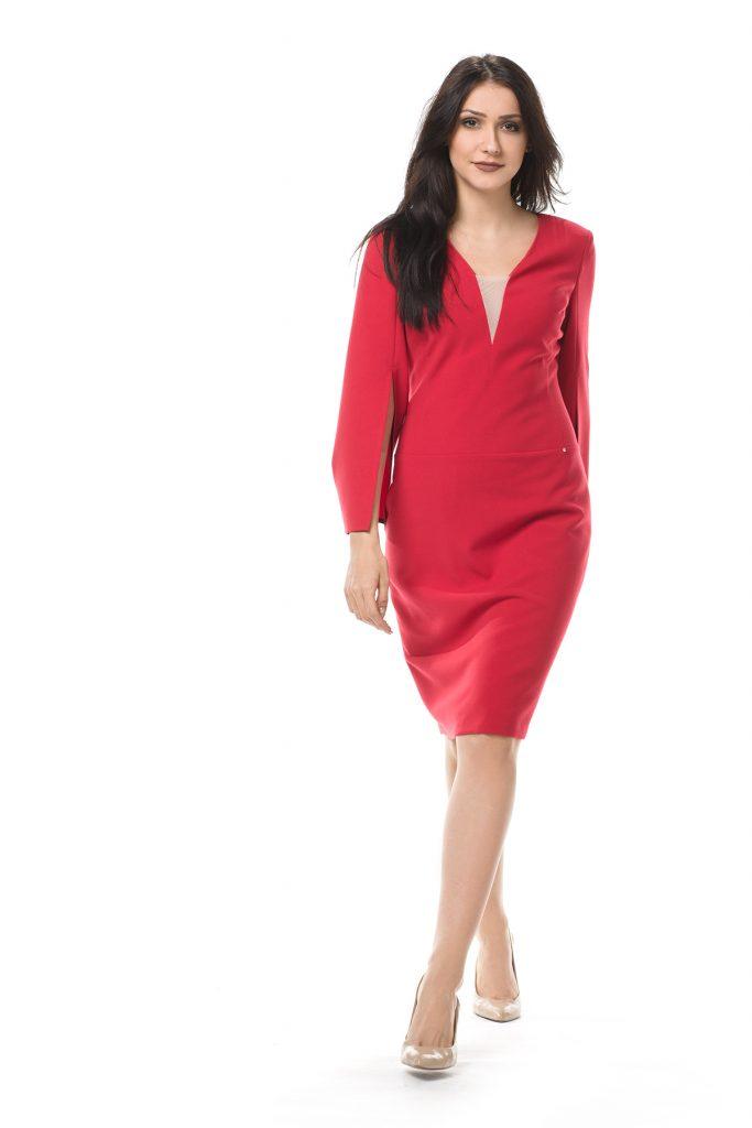 Czerwona koktajlowa sukienka midi z rozkloszowanymi rękawami
