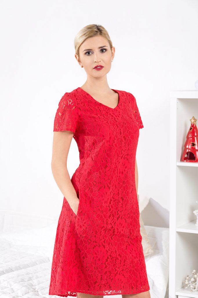 Czerwona koronkowa sukienka na wesele w kształcie trapezu