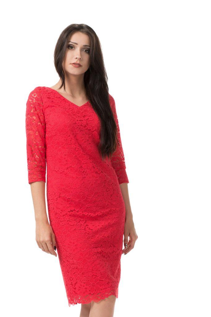 Dopasowana czerwona sukienka z koronki
