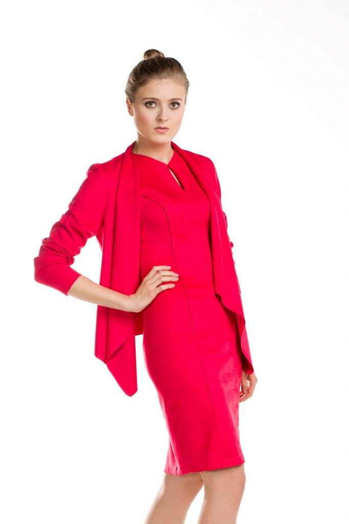 Dopasowana czerwona sukienka na wesele