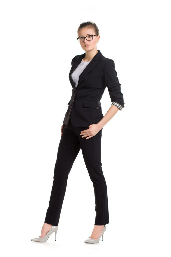 Czarna marynarka i czarne spodnie do biura