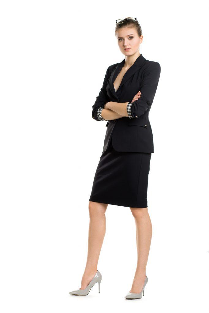 Czarna marynarka i czarna spódnica podstawa dress code