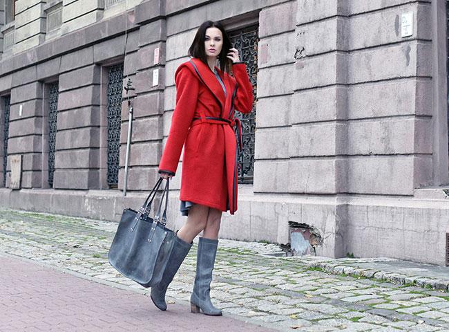 Czerwony szlafrokowy płaszcz