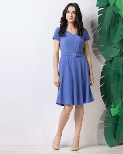 rozkloszowana niebieska sukienka na wesele z paskiem