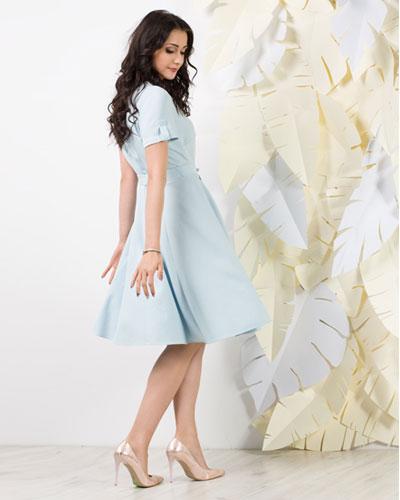 Błękitna rozkloszowana sukienka zapinana na guziki
