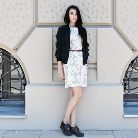 Elegancka sukienka i sportowa bluza