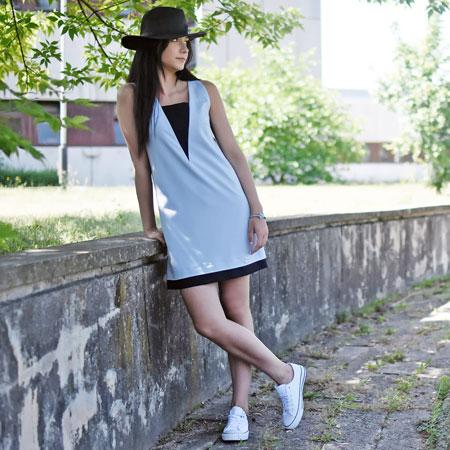 Elegancka sukienka i sportowe buty