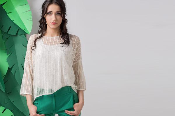 Siatkowa bluzka ze złotą nitką Ceza przełamuje czystą biel, na którą powinny uważać kobiety, które mają typ urody wiosna